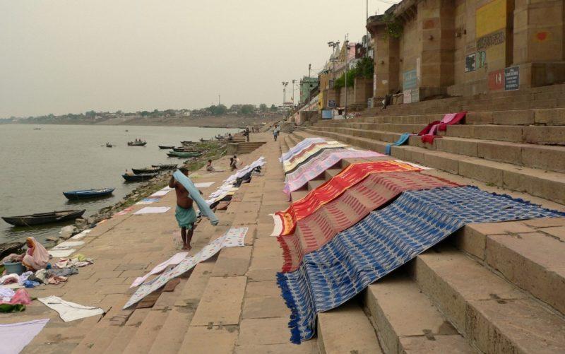 Laundry-Service: Die mit Ganges-Wasser gewaschenen Kleider werden an den Ghats vom Varanasi zum Trocknen ausgebreitet. Foto: O, Zwahlen