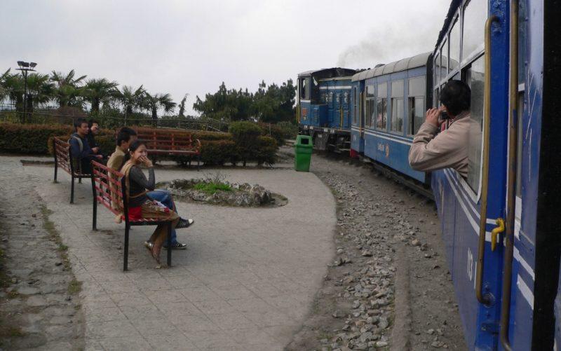 Indische Eisenbahn: Nicht immer ist das Ticket so leicht zu kaufen wie hier auf der Schmalspurbahn nach Darjeeling. Foto: O. Zwahlen