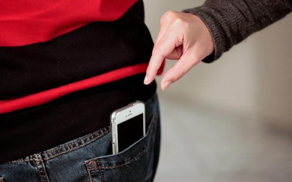 Gestohlenes Handy: Mit wenigen Tricks kannst du die negativen Folgen eines Diebstahls minimieren. Foto: Nadine Zwahlen