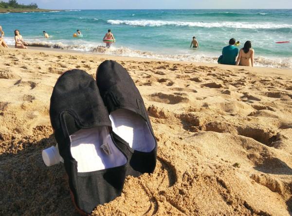 Gehen im Notfall auch am Strand: Kongfu-Schuhe. Foto: O. Zwahlen