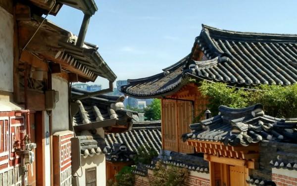 Traditionelle Häuser im Zentrum von Seoul: das Hukchon-Hanokdorf. Fotos: O. Zwahlen