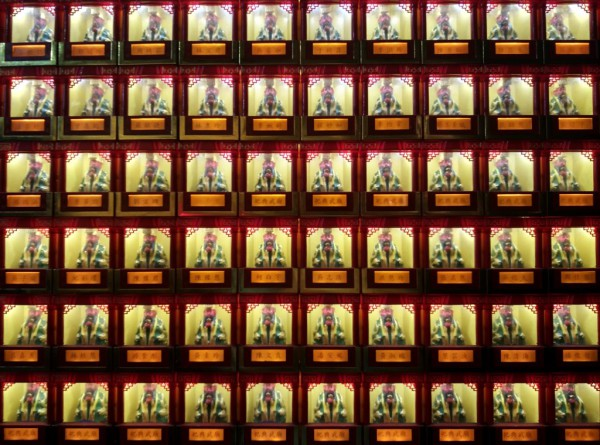 Eine Wand des Matsu-Tempels ist voll mit kleinen, beleuchteten Buddhafiguren.