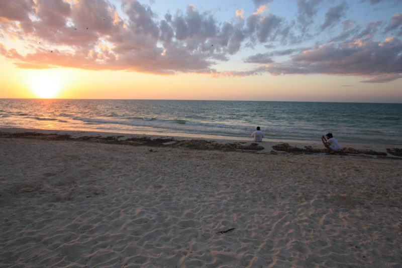 Sonnenuntergang: Am Abend versinkt die Sonne im blaugrünen Meer.