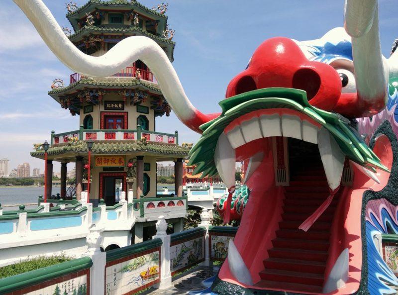 Der Zugang zum Tempel im Hintergrund führt durch den Mund dieses Drachens.