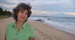 """Die Schweizer Dokumentarfilmerin Gabriela Neuhaus recherchiert für den Film """"Bufferzone"""" an Sri Lankas Stränden."""