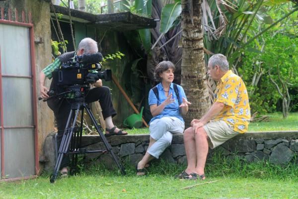 Bei den Recherchen: Gabriela Neuhaus interviewt einen Helfer.