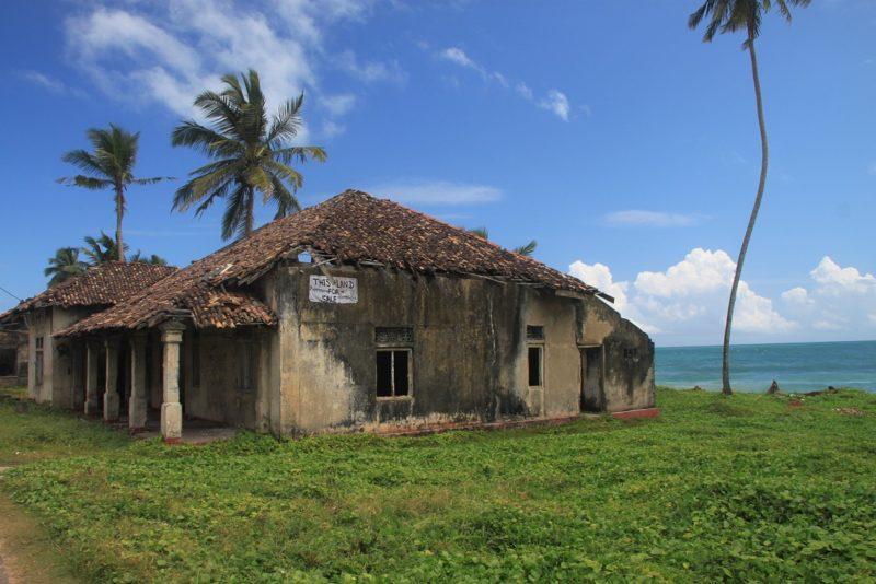 Die direkten Folgen des Tsunami sind noch immer sichtbar. Hier eine Ruine in Küstennähe.