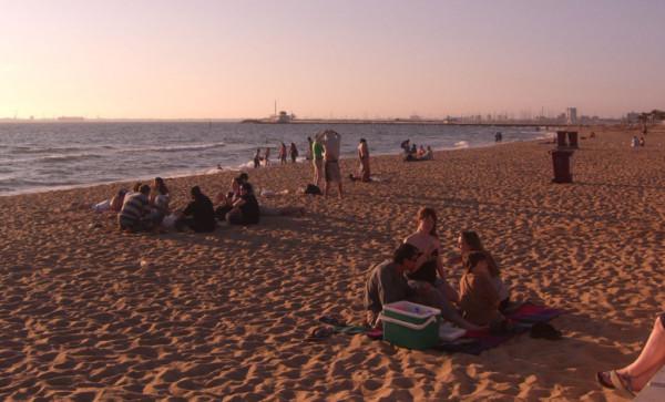 Gemütliche Atmosphäre am Strand von Saint Kilda. Foto: Alpha / Flickr