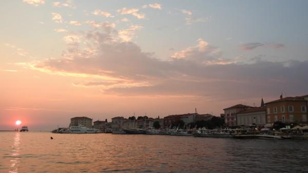 Blick vom Hafen auf die istrische Kleinstadt Porec.
