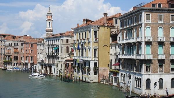 Blick auf den Canal Grande in Venedig. Die Bilder wurden auch in der harten Mittagssonne schön.