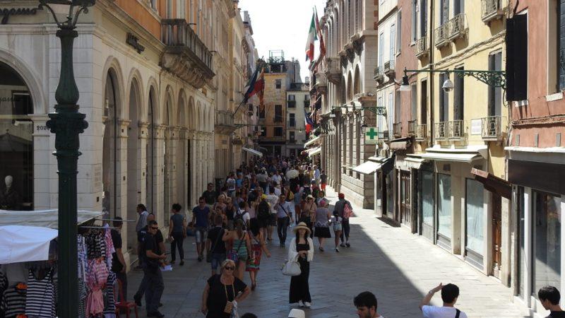 Wenn ich mich - wie hier in Venedig - verirre, kann ich dank dem Zoom die Schilder am anderen Ende der Strasse lesen.