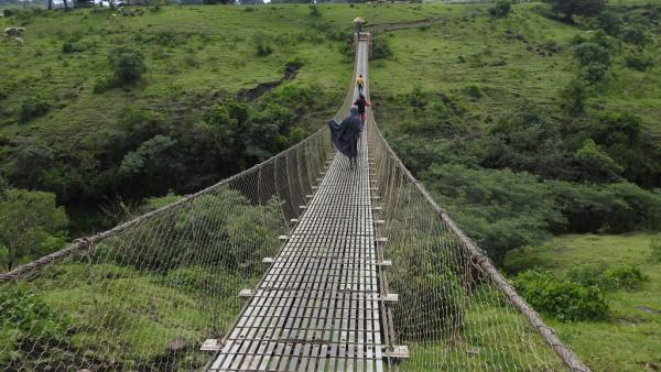 Die Wanderung zu den Wasserfällen führt über diese Brücke.
