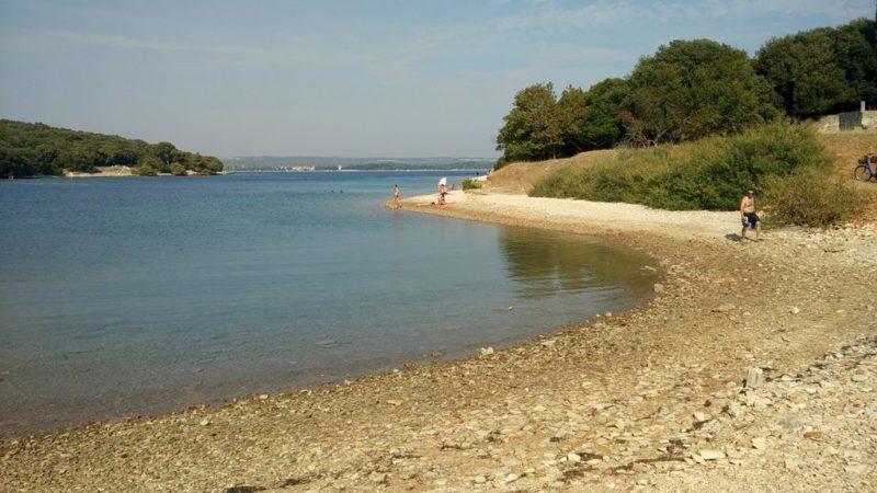 Menschenleere Strände findet man auch in Istrien. Hier eine Insel des Brioni-Nationalparks.