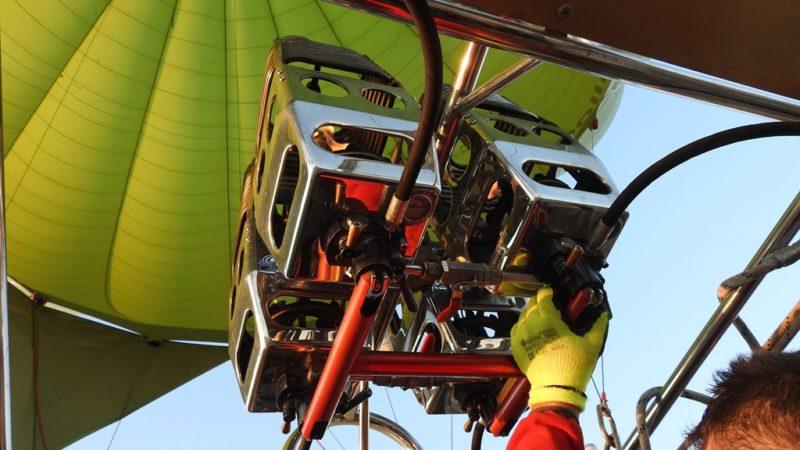 Vier Gasbrenner bringen unseren Heissluftballon in die Luft.