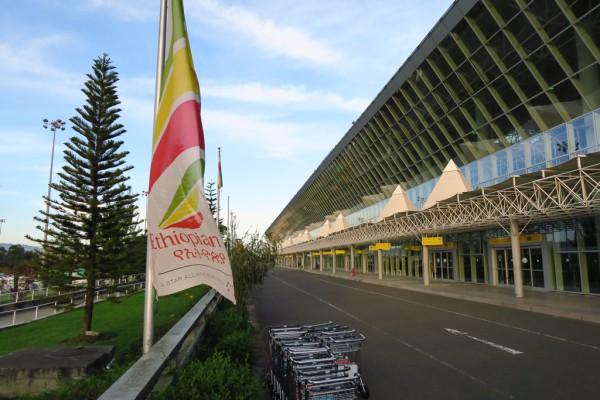 Trotz der eleganten Glasfassade chaotisch: Der Bole Flughafen in Addis Abeba.