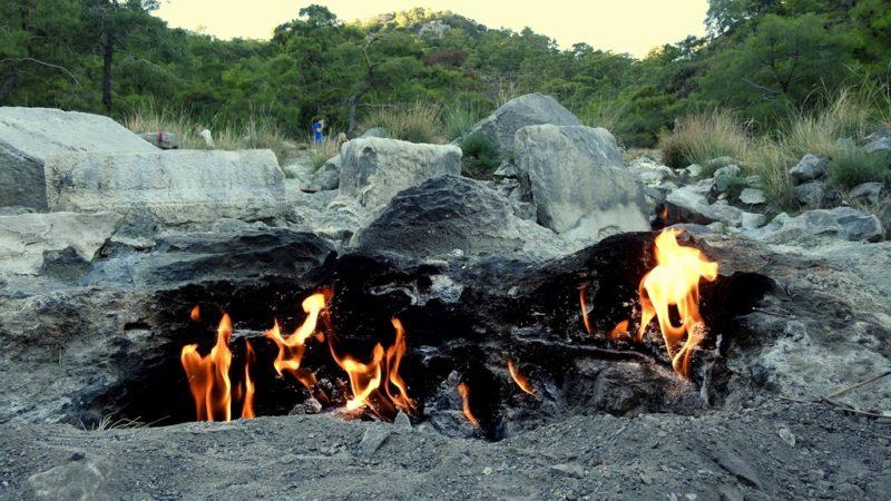 Flammen zwischen Überresten der Antike: die ewigen Feuer von Chimaera.