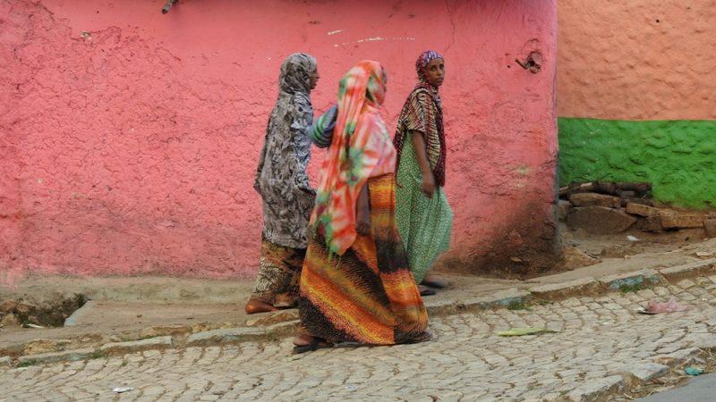 Die bunten Kleider der Frauen gehören zu den Highlights vor Harar.