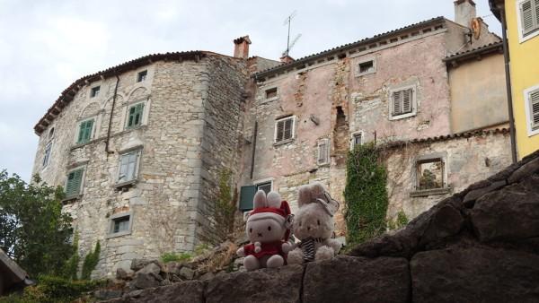 Beeindruckende Häuserfassaden am Rand von Labin.
