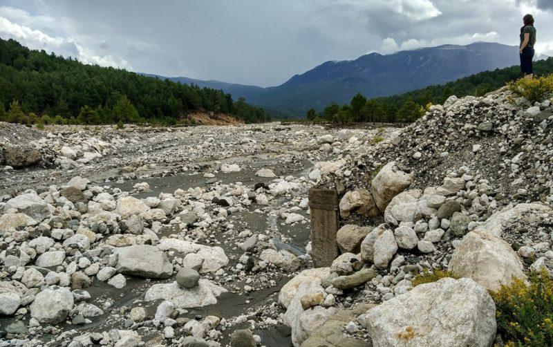Ausgetrockneter Fluss trotz des Dauerregens am fünften Tag.