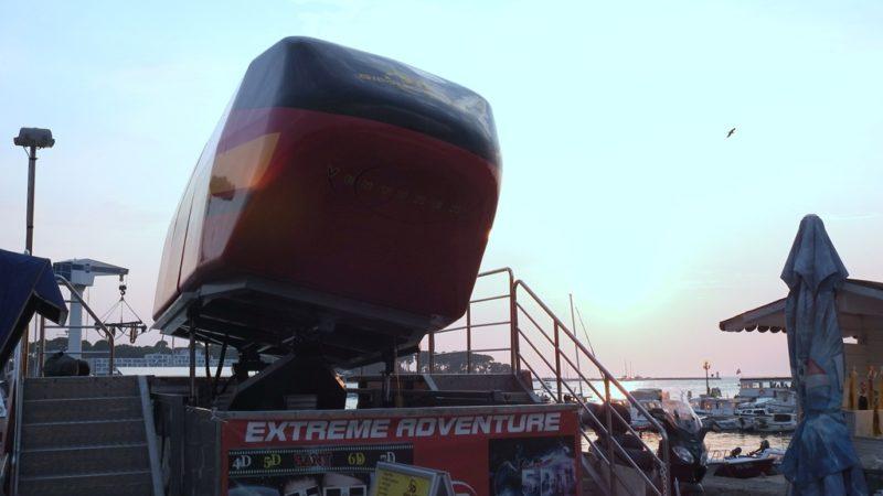 Flugsimulator im Hafen von Porec.