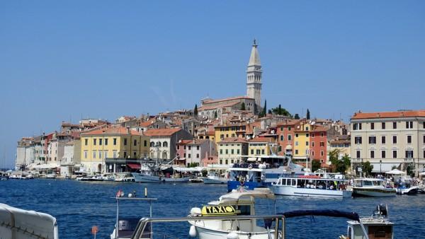 Blick vom Hafen auf den historischen Kern von Rovinj.
