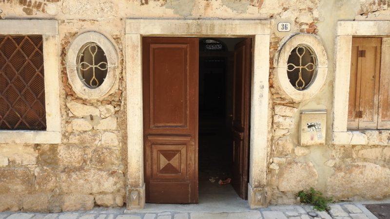 Häusereingang in der Altstadt von Rovinj.