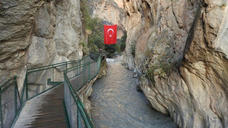 Die ersten hundert Meter der Saklıkent-Schlucht führen über Brücken.