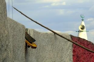Farbige Mauern und eine von fast 100 Moscheen. Fotos: O. Zwahlen