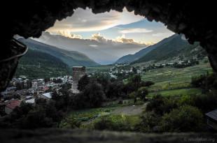 Blick von einem Wehrturm auf das Dorf Mestia. Fotos: N. Kramm