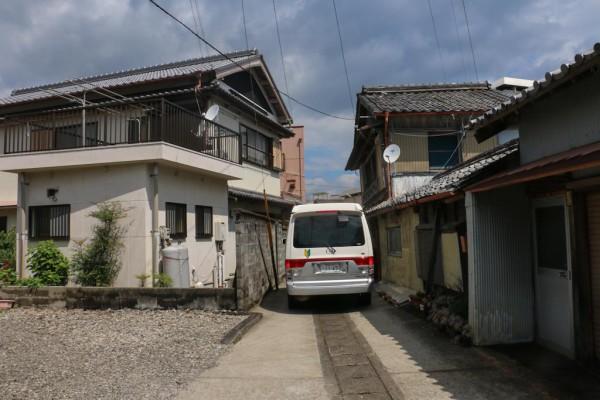 Es kann auch mal eng werden: Mit dem Camper durch japanische Städtchen.