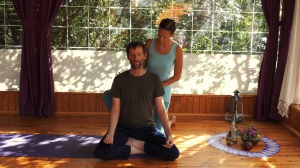 Yogalehrerin Nina bringt mir bei, richtig zu sitzen.