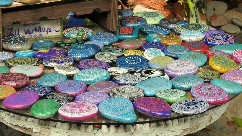 Auswahl an bemalten Steinen, die Gäste in einem Atelier auf dem Hotelgelände kaufen können.