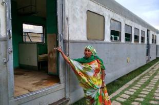 Unsere Führerin lädt uns ein, die 60 Jahre alten Waggons zu erkunden.