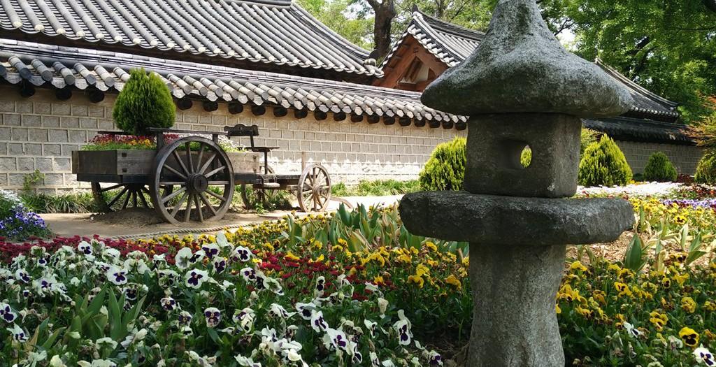 Parkähnlicher Strassenabschnitt in Jeonju im südwesten von Südkorea.