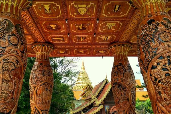 Filigrane Schnitzereien am Tempel Wat Phra That.