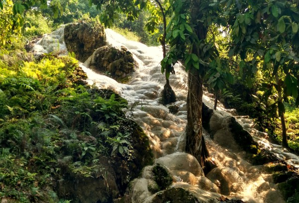 Aussergewöhnliche Form: Der Buatong-Wasserfall bildete zahlreiche Ablagerungen.