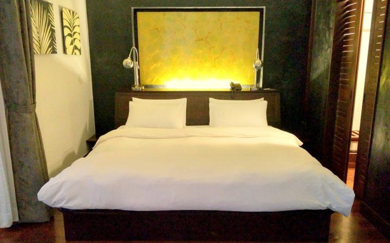Der kuschelige Schlafbereich ist im modernen Stil eingerichtet.
