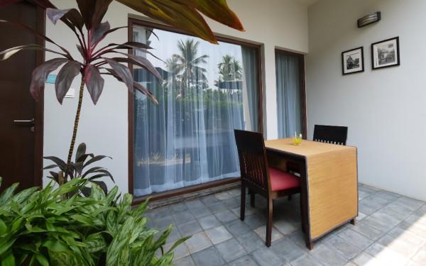 Die Terrasse mit Blick auf den Pool ist die ideale Ecke für Raucher.