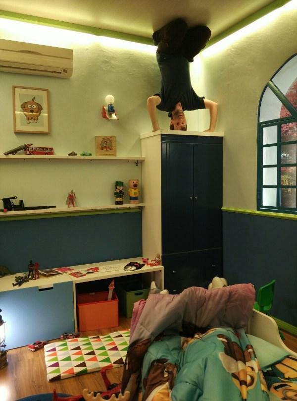 Kopfstand im Kinderzimmer...
