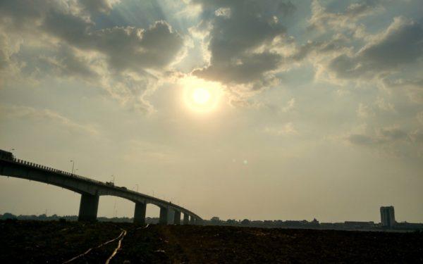 Brütende HItze im April: Die Mekongbrücke bei Kampong Cham.
