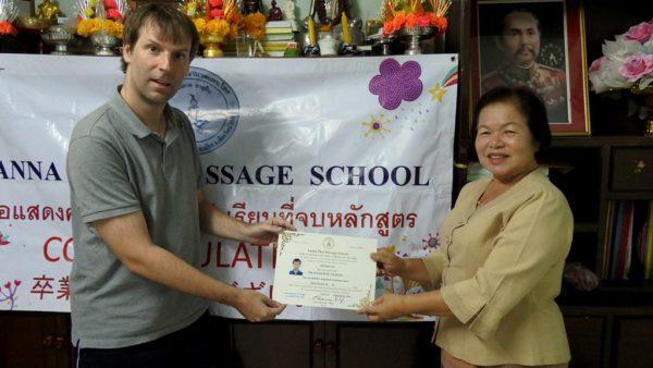 Nach fünf Tagen überreicht mir die Besitzerin der Lanna Thai Massage Schule das Diplom.