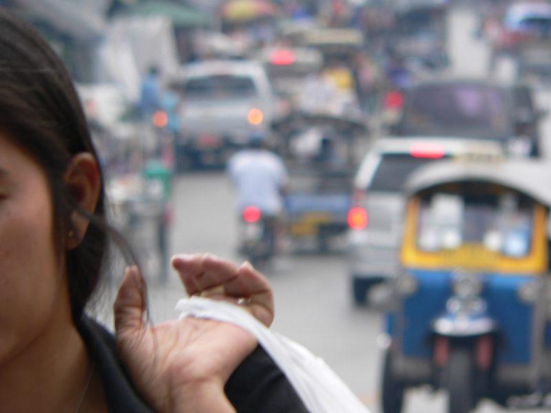 Szene in Bangkok: Fast überall fordert der Strassenverkehr mehr Opfer als der Terrorismus.