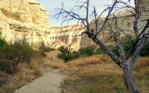 Einsame Wanderwegs führen im Zickzack durch Kappadokien.