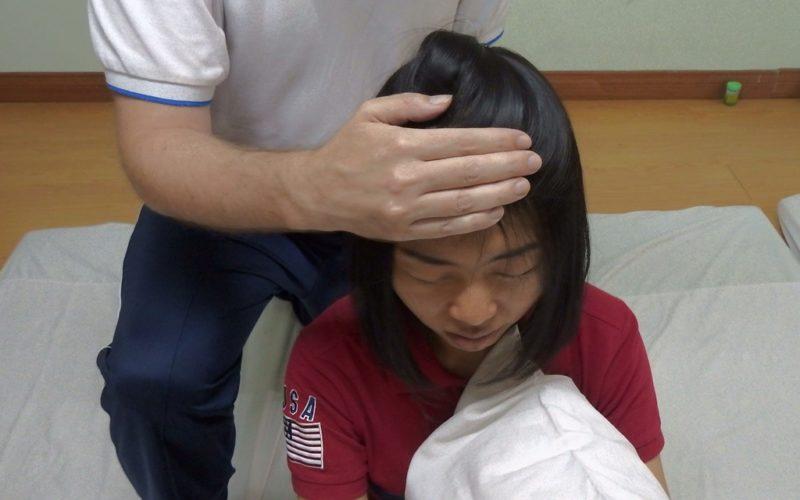 Ich gebe einer meiner beiden thailändischen Mitschülerinnen eine Nackenmassage.