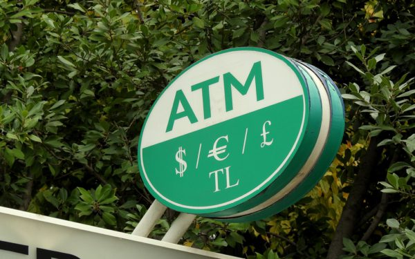 Retter in Not: Zeichen für einen Bankomaten.