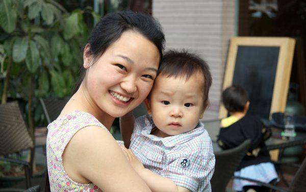 Frau mit Kind in der südchinesischen Boomtown Shenzhen.
