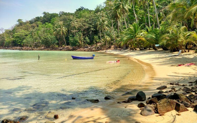 Weitgehend menschenleerer Strand auf Koh Wai.