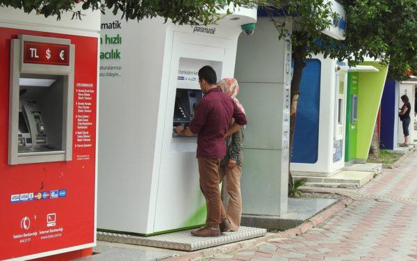 Eine Sammlung von Bankomaten in der Türkei.