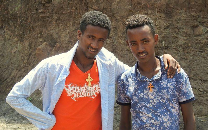 Gespräche am Strassenrand mit zwei äthiopischen Jungs in Lalibela. Fotos: OZ
