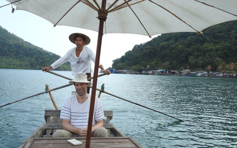 Auf dem Holzboot durch die Mangroven von Koh Chang.